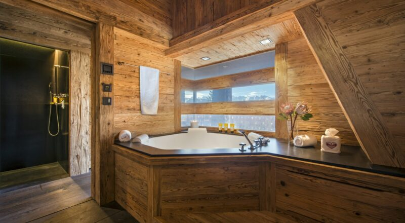 Красивая ванная комната в деревянном доме
